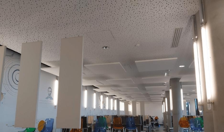 Salle de restauration et panneaux acoustiques