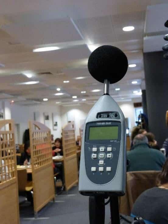 contrôle sonore dans un restaurant d'entreprise lors du repas