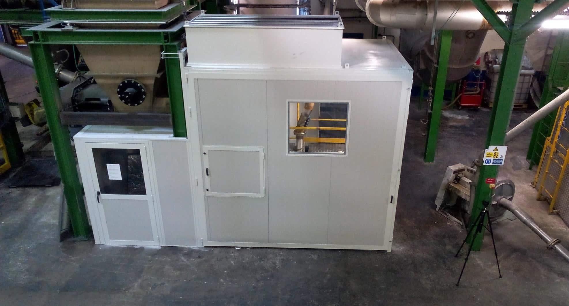 Exemple de capotage de grandes dimensions sur une installation de broyage dans l'industrie chimique avec intégration de nombreux besoins d'accès et de ventilation